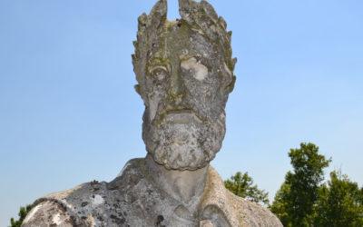 La statua di Ariosto scende a terra